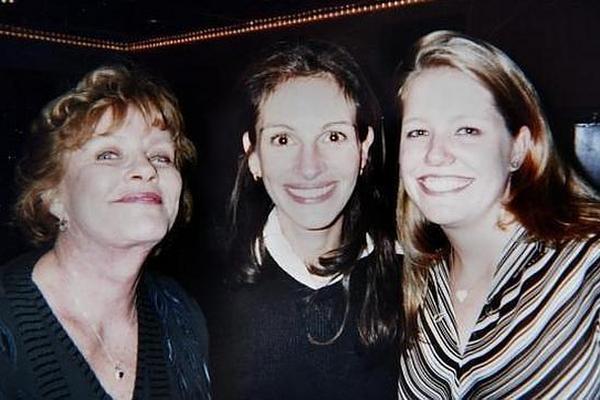 La actriz Julia Roberts (centro) junto a su madre (izq.) y su hermanastra, que se suicidó en 2014.