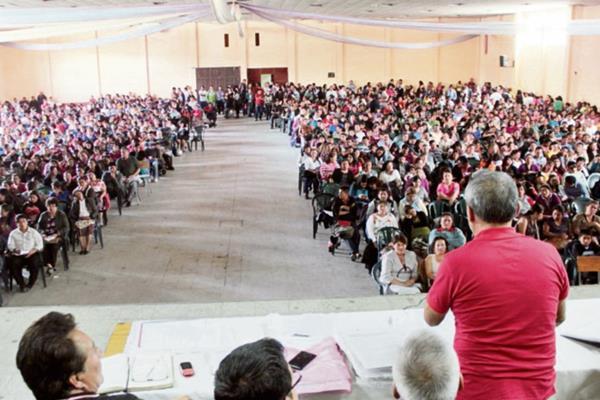 Maestros participan  en asamblea, en Xelajú, en la cual se esperaba que la dirigencia anunciara apoyo a protestas contra la corrupción.