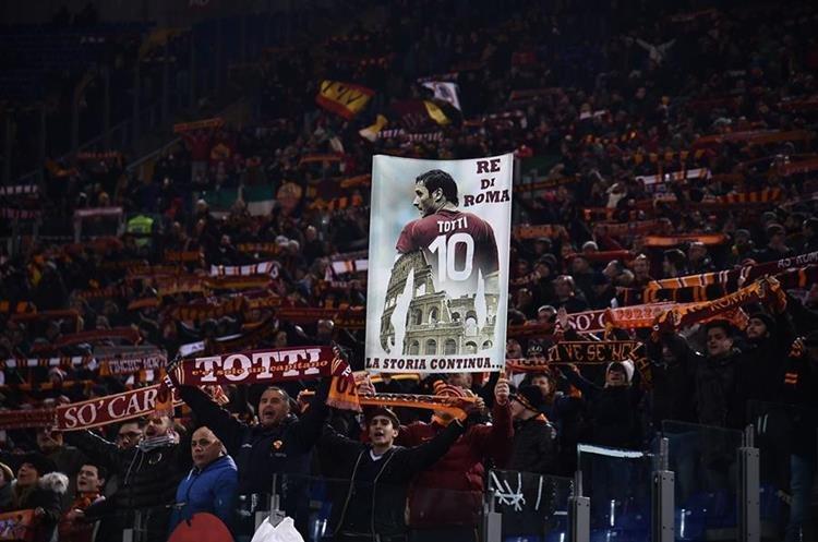 Los seguidores del As Roma siempre le han mostrado su amor y cariño al capitán. (Foto Prensa Libre: AFP)