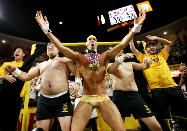 Michael Phelps ayuda a su equipo para que gane el partido de baloncesto universitario. (Foto Prensa Libre: AP)