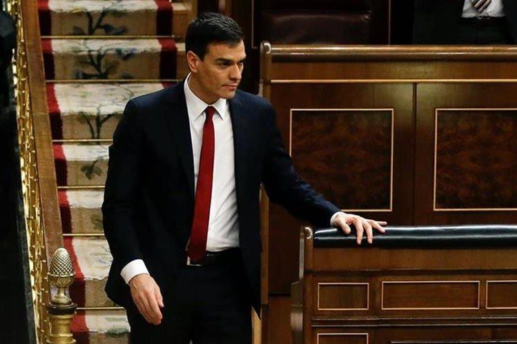 Pedro Sanchez, líder socialesta español, baja de su escaño después de haber sido rechazado por el Parlamento. (Foto Prensa Libre: EFE).