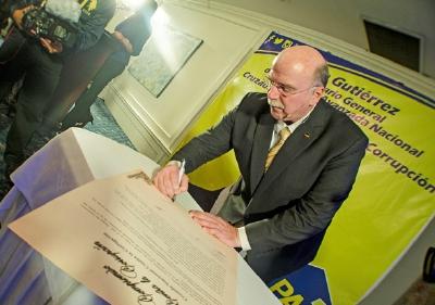 El precandidato a la presidencia, Juan Gutiérrez, firma el compromiso público contra la corrupción. (Foto Prensa Libre: PAN)