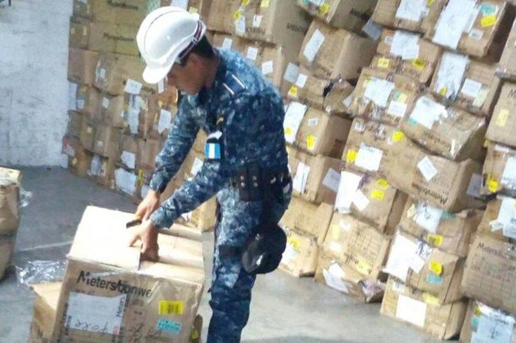 Mercadería decomisada en Puerto Quetzal, Escuintla, es contabilizada por agentes de la PNC. (Foto Prensa Libre: PNC)