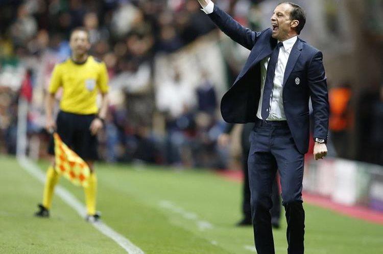 El técnico de Juventus Massimiliano Allegri da instrucciones a sus jugadores.
