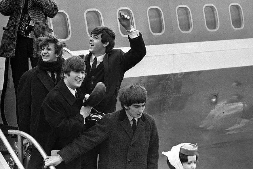 La banda británica Los Beatles fue célebre por sus éxitos en ventas y popularidad de su música. Lennon formó parte del grupo durante una década.  (Foto: AP)