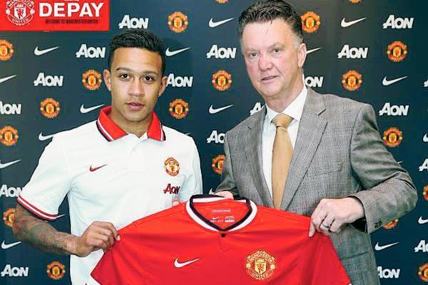 Memphis Depay posa junto a Louis van Gaal durante su presentación. (Foto Prensa Libre: Manchester United)