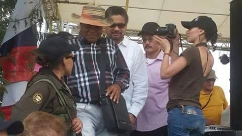 El segundo jefe de las Farc, Luciano Marín Arango (camisa blanca), alias Iván Marquez, durante un acto público el jueves en La Guajira, Colombia. (Foto Prensa Libre: EFE).