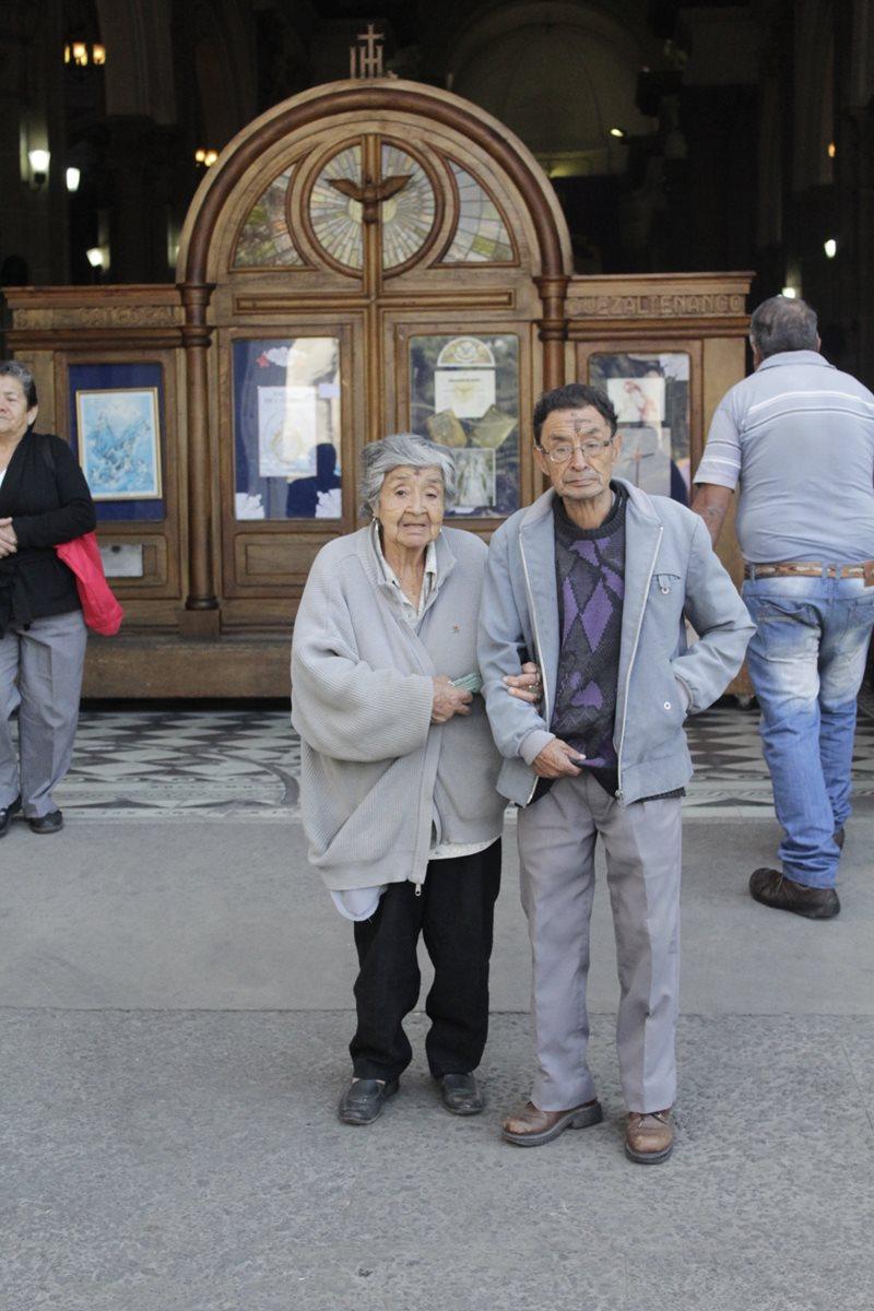 Los hermanos Berna y Augusto Morales, de 83 y 78, conmemoran el Miércoles de Ceniza en Quetzaltenango. (Foto Prensa Libre: María José Longo)