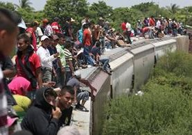 Migrantes centroamericanos viajan en el tren denominado La Bestía. (Foto Prensa Libre: Hemeroteca PL)