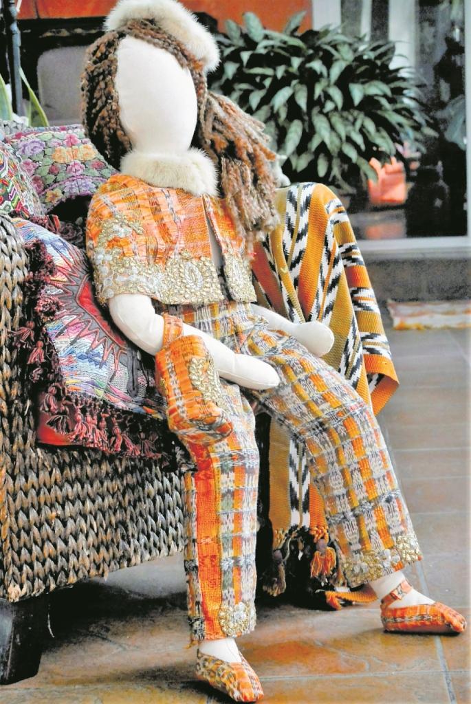 En la  Semana de la moda en Londres, Isabella presentó cuatro muñecas con güipiles tejidos en telar de colores intensos, combinados con seda, encaje y piel. (Foto Prensa Libre: cortesía Isabella Springmuhl)