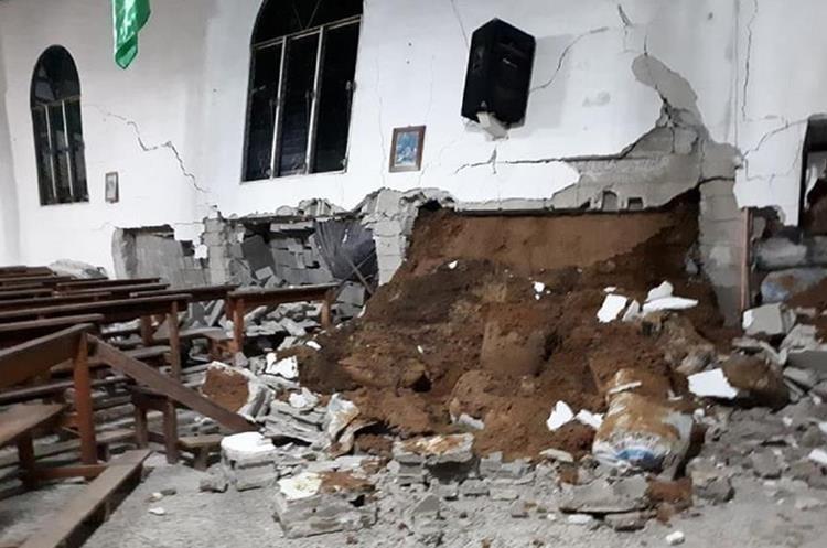 Cuatro columnas del templo resultaron dañadas. (Foto Prensa Libre: Cristian I. Soto)
