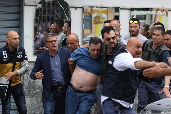La Policía detuvo a un sospechoso (vestido de azul), tras el ataque armado. (Foto Prensa Libre: EFE).