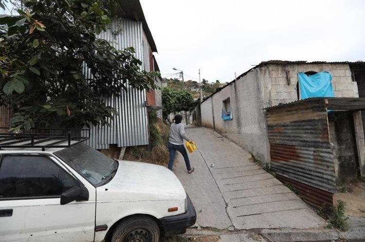 Al menos 25 viviendas fueron allanadas en Mixco, San Pedro Ayampuc y la capital. (Foto Prensa Libre: Erick Ávila)