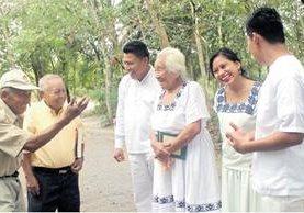 Don Ángel Vitzil (con gorra) se une al grupo de vecinos que dominan el idioma itza', en San José, Petén. (Foto Prensa Libre: Rigoberto Escobar)