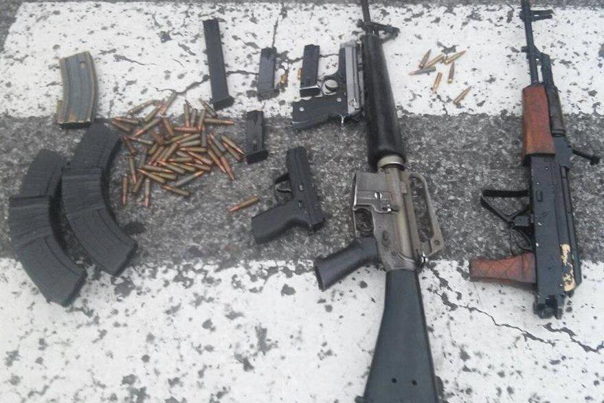 A los detenidos se les incautó armas y fusiles. (Foto Prensa Libre: PNC)