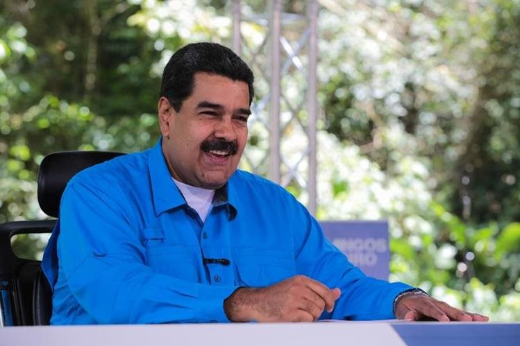 """El presidente de Venezuela, Nicolás Maduro, durante el programa de televisión """"Domingo con Maduro"""". (Foto Prensa Libre: EFE)"""
