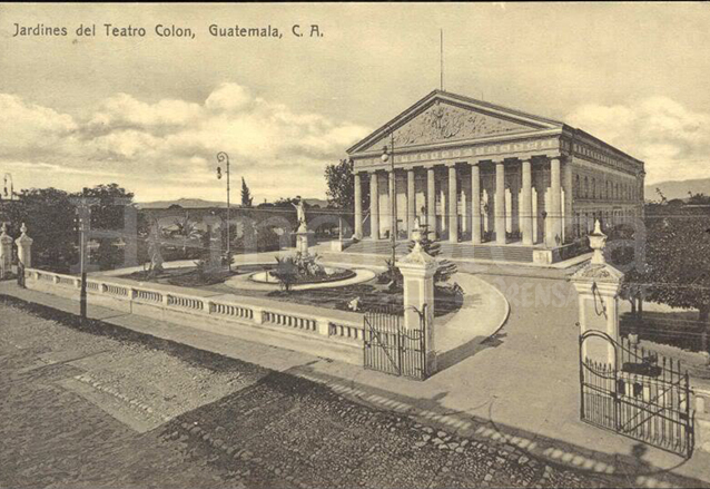 El Teatro Colón a principios del siglo XX, en este recinto se estrenó el Himno Nacional. Este se ubicaba en donde hoy está el Parque Infantil del mismo nombre en la zona 1. (Foto: Hemeroteca PL)