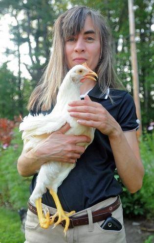 Andrea Martin, la dueña del ave, la sostiene a Cecily, la gallina que nación con un defecto en una de sus patas. (Foto: telegram.com).