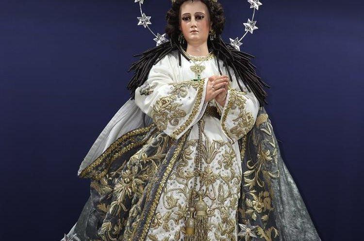 La imagen de la Virgen de Concepción mide desde su base a la aureola dos metros de altura. (Foto Prensa Libre: Julio Sicán)