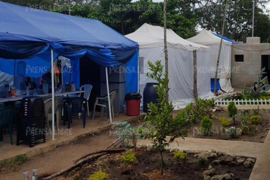 Otros toldos están instalados en el campo de futbol del centro de detención. (Foto Prensa Libre)