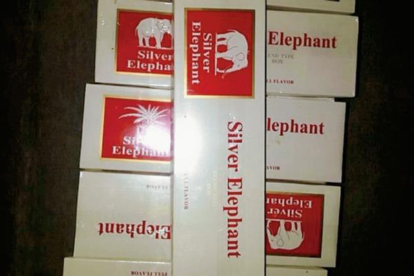 Unas 30  cajas de cigarrillos de contrabando fueron decomisadas por fiscales del MP, en la aldea Puerta del Cielo, Melchor de Mencos, Petén. (Foto Prensa Libre: Ministerio Público)