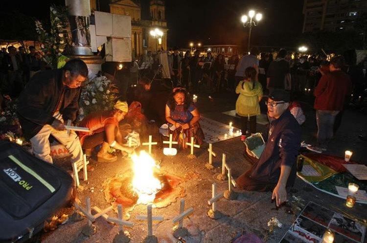 La manifestación incluyó rituales en memoria de las víctimas del incendio en el Hogar Seguro. (Foto Prensa Libre: Paulo Raquec).