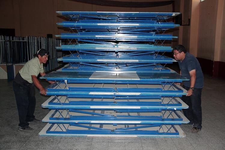 Parte del mobiliario que fue llevado a Quetzaltenango para las próximas elecciones generales. (Foto Prensa Libre: Carlos Ventura)