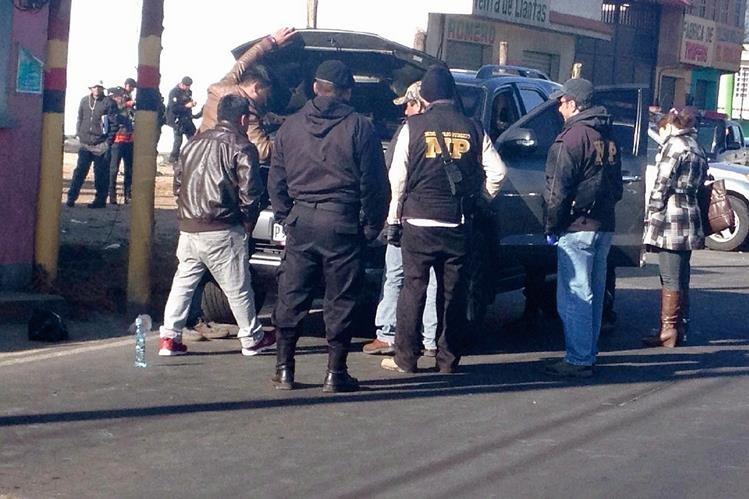 Agentes de  la PNC y fiscales del MP registran vehículos, en Quetzaltenango. (Foto Prensa Libre: Alejandra Martínez)
