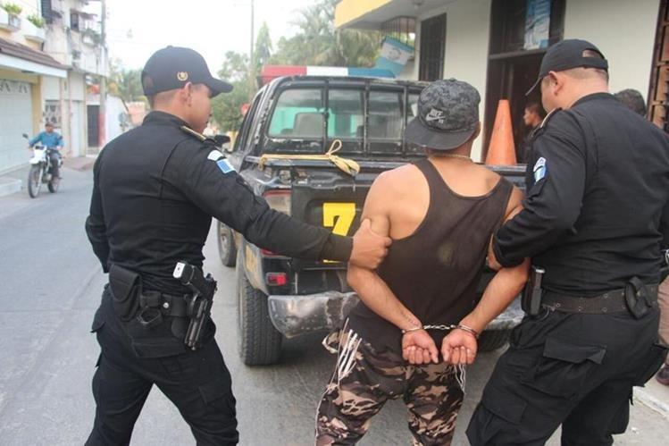 El capturado es trasladado a la subestación policial. (Foto Prensa Libre: Mario Morales)