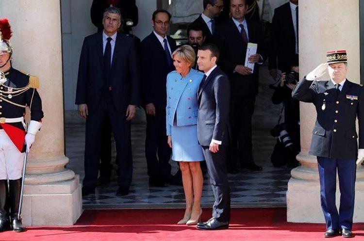 Emmanuel Macron (d)junto a su esposa Brigitte Trogneux en el Palacio Presidencial del Elíseo. (Foto prensa Libre:EFE).