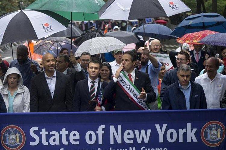 El gobernador de Nueva York Andrew Cuomo, centro derecha, participa en el desfile de Día de Cristóbal Colón en Nueva York. (AP).