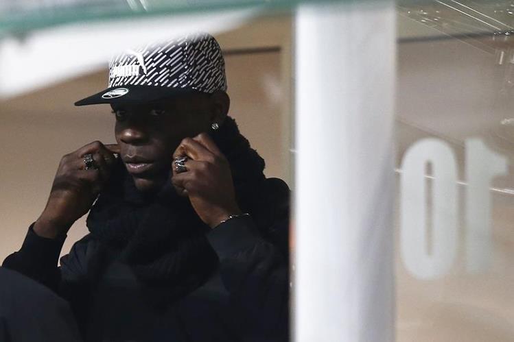 Mario Balotelli observa el partido amistoso entre Italia y Alemania. (Foto Prensa Libre: AFP)