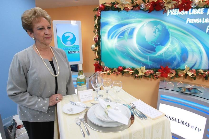 Ruth M. de Rayo explica  cómo debe utilizarse cada plato y cubierto que se coloca en la mesa. (Foto Prensa Libre, Estuardo Paredes)