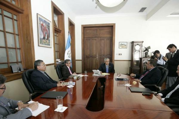 <p>Presidente Otto Pérez Molina se reúne con integrantes del G4. (Foto cortesía de la Scspr)</p>