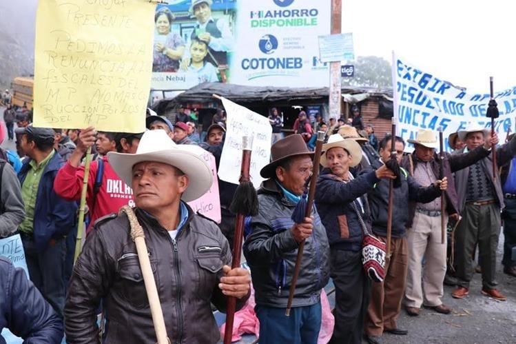 Decenas de pobladores manifiestan contra las autoridades municipales de Cunén. (Foto Prensa Libre: Héctor Cordero)