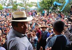 El alcalde indígena de Santa Cruz del Quiché, Juan Zapeta, durante presentación de niño antes de azotarlo. (Foto Prensa Libre: Héctor Cordero)