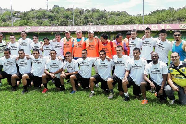 Jugadores y Cuerpo Técnico de Deportivo Guastatoya posan en la cancha del estadio David Cordón Hichos. (Foto Prensa Libre: Hugo Oliva)