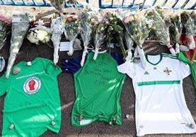 Aficionados norirlandeses crearon un altar en Niza, ciudad donde falleció Darren Rodgers, el lunes recién pasado (Foto Prensa Libre: AFP)