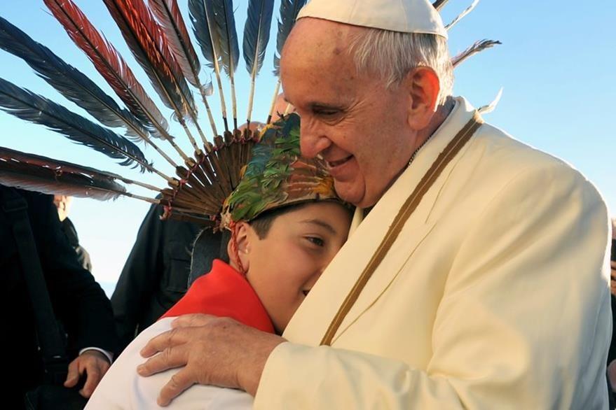 Francisco abraza a un niño a su llegada a La Paz, Bolivia. (Foto Prensa Libre: AFP).