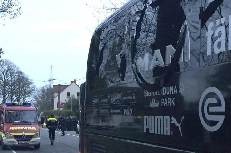 Una de las ventanas del autobús del Dortmund. (Foto Prensa Libre: AP)