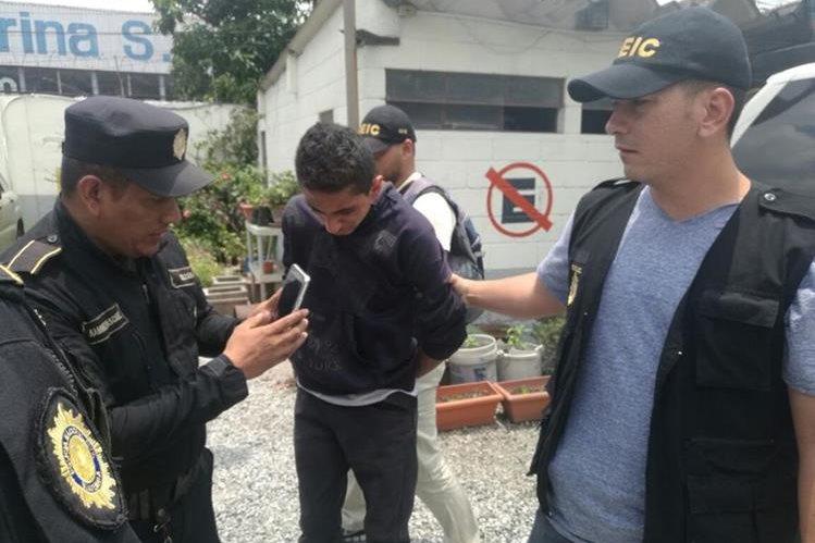 Derick Roberto Kiesling Barrios, de 21 años, fue aprehendido por las fuerzas de seguridad en la zona 9 de la capital. (Foto Prensa Libre: PNC)