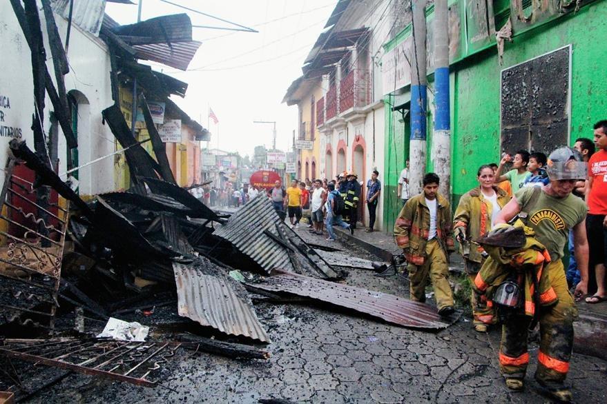 Los socorristas  trabajaron durante una hora para apagar el incendio. (Foto Prensa Libre: Rolando Miranda)