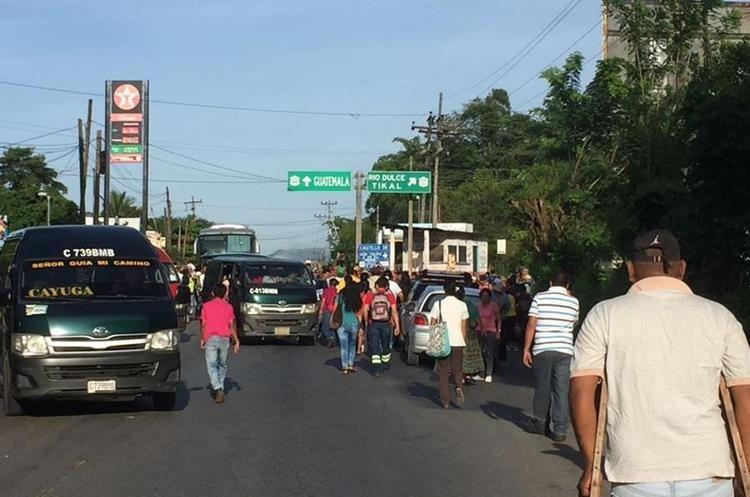 El bloqueo en Cruce de La Ruidosa en Morales, Izabal, afecta el paso hacia el norte y frontera con Honduras.