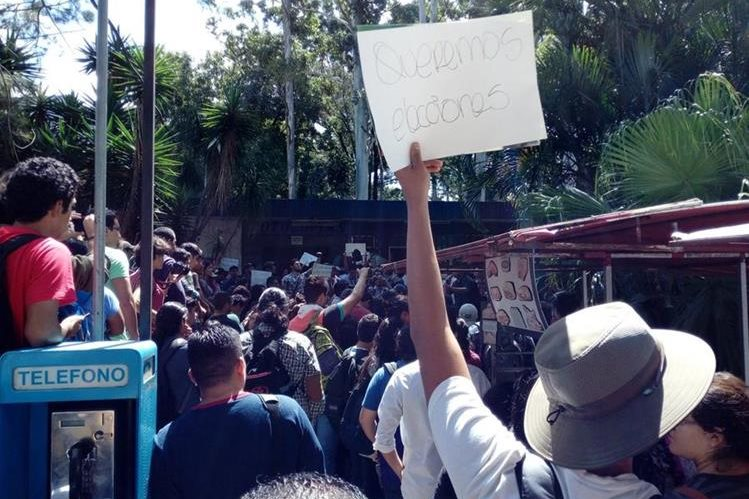 El 20 de septiembre último, estudiantes manifestaron frente a la sede de la AEU. (Foto Prensa Libre: @UsacEsPueblo)
