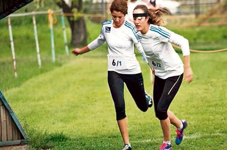 ISABEL BRAND  —derecha— es una de sus mejores amigas y compañera de fórmula  de Sophie en pentatlón moderno.
