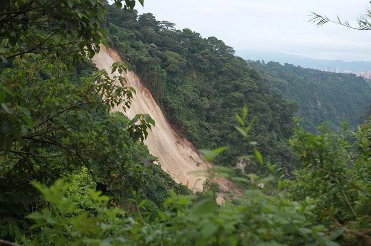 Así quedó el área del derrumbe en El Cambray 2. Foto Prensa Libre: Hemeroteca PL)