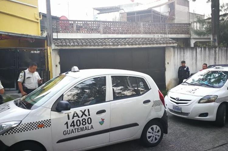 Los taxis decomisados a la estructura supuestamente eran utilizados para transportar los objetos robados en las viviendas. (Foto Prensa Libre: PNC)