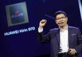 Richard Yu, director ejecutivo de Huawei, presenta en Alemania el primer chip Kirin 970, que incorpora inteligencia artificial. (Foto Prensa Libre: EFE/FELIPE TRUEBA).