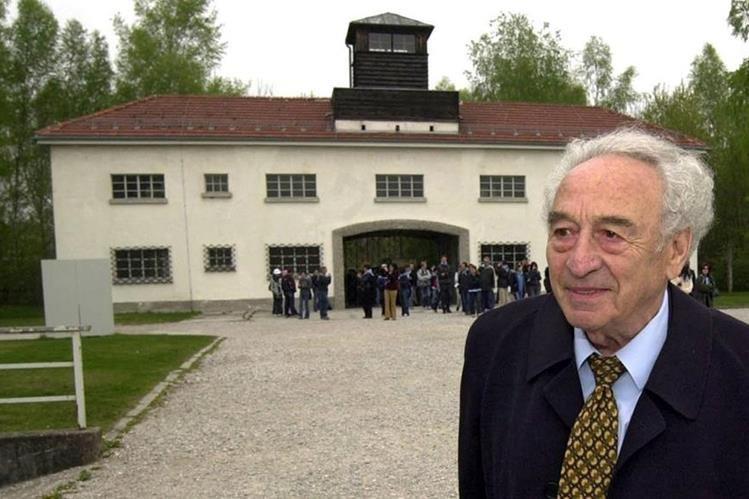 Foto de archivo que muestra a Max Mannheimer cuando visitó el campo de concentración en Dachau, Alemania, donde vivió parte del martirio nazi. (Foto Prensa Libre: EFE).