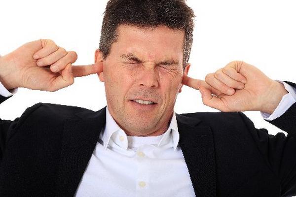 <p>Afección del oído hace que una persona escuche sonidos sin que haya fuente externa que los produzca.</p>
